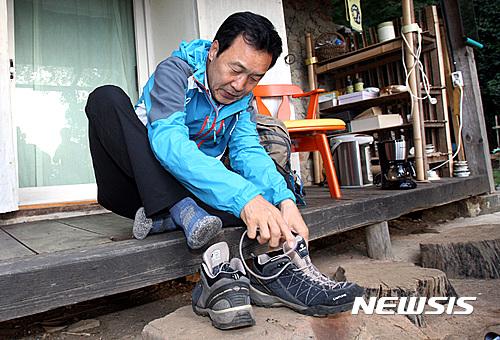 손학규 정계 복귀. 손학규 전 민주당 대표가 오늘(20일) 오전 전남 강진군 만덕산 토담집에서 신발 끈을 매고 있다. /사진=뉴시스