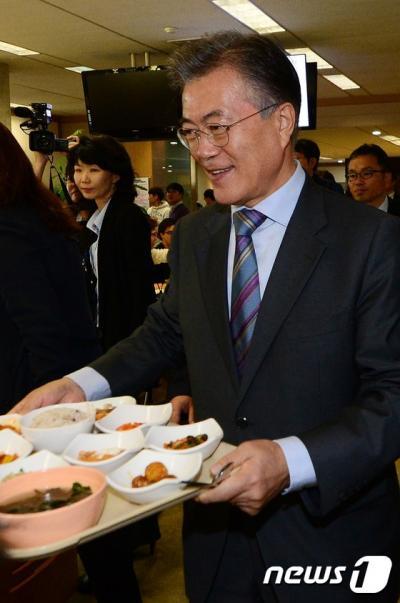 문재인 전 더불어민주당 대표가 오늘(20일) 서울 성북구 한국과학기술연구원(KIST) 구내식당에서 과학기술자들과 점심 식사를 하고 있다. /사진=뉴스1