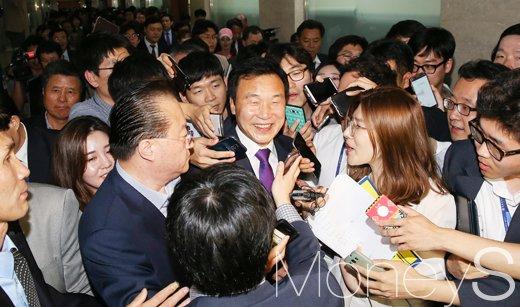 [머니S포토] 취재진에게 둘러싸인 손학규 전 대표