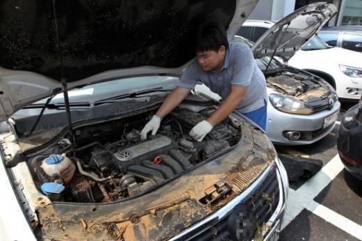 서울의 한 정비센터에서 정비사가 침수된 차량을 점검하고 있다. /사진=머니투데이DB