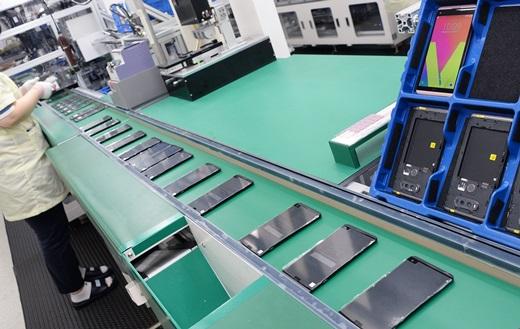 LG전자 직원이 공장 라인에서 'V20' 생산 작업에 집중하고 있다. /사진=LG전자
