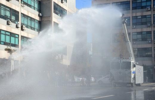 물대포 시연하는 경찰. /사진==뉴스1 박정호 기자