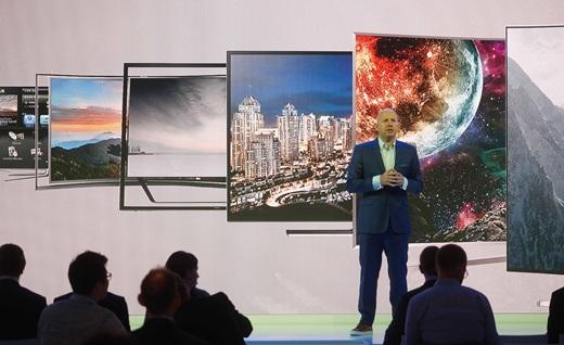 마이클 졸러 삼성전자 구추총괄 TV사업 담당 임원이 지난 9월1일(현지시간) 독일 베를린에서 IFA2016 개막을 앞두고 열린 삼성전자 프레스 컨퍼런스에서 '퀀텀닷 SUHD TV'를 소개하고 있는 모습. /사진=삼성전자