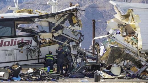 미국 버스 사고. 23일(현지시간) 미국 캘리포니아 팜스프링스 인근 10번 주간고속도로에서 관광버스가 화물 트럭과 부딪히는 사고가 발생했다. /사진=뉴스1(LA타임스 제공)