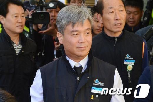 김영훈 위원장이 오늘(24일) 오전 서울 용산경찰서에 출석하고 있다. /사진=뉴스1