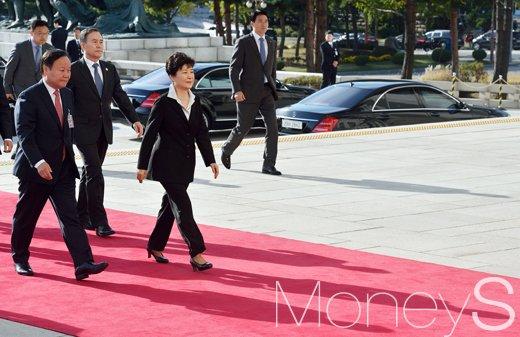 [머니S포토] 박근혜 대통령, '에스코트 받으며 당당한 발걸음'