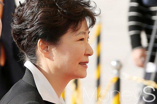 [머니S포토] 국회 출석 박근혜 대통령, '입가에 옅은 미소'