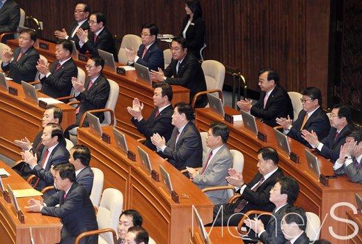 [머니S포토] 박근혜 대통령 시정연설 관련 박수치는 여당
