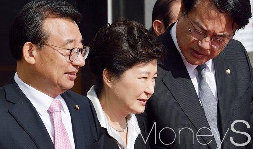 [머니S포토] 귀엣말 나누는 박근혜 대통령과 새누리당 지도부