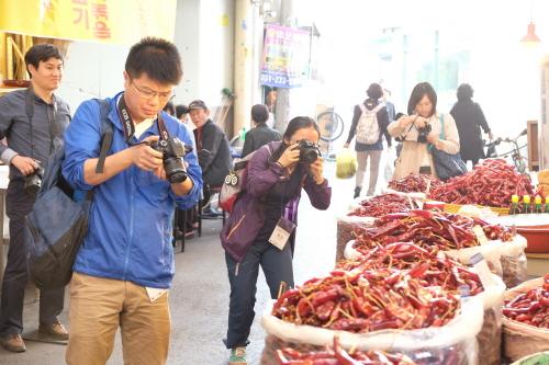 수원남문시장을 취재중인 중국파워블로거
