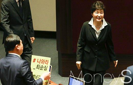 김종훈 국회의원(왼쪽 등 보이는 이)이 24일 국회에서 시정연설을 마친 뒤 내려오는 박근혜 대통령을 향해 '나와라 최순실' 등이 적힌 항의 피켓을 들어보이고 있다. /사진=임한별 기자