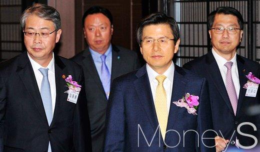[머니S포토] 제1회 금융의날, 황교안 총리와 금융당국 수장들