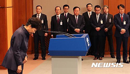 박근혜 대통령이 오늘(25일) 서울 종로구 청와대 춘추관에서 기자회견을 열고 대국민사과를 하고 있다. /자료사진=뉴시스