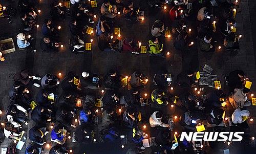 촛불집회. 어제(26일) 경기 수원역광장에서 수원시민연대 회원들이 촛불문화제를 열고 박근혜 대통령 퇴진을 촉구하고 있다. /자료사진=뉴시스
