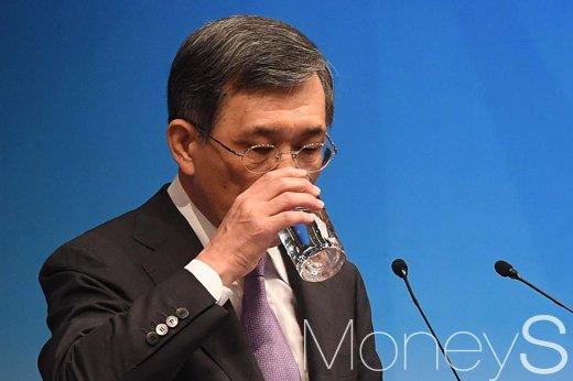 [머니S포토] 권오현 삼성전자 부회장, 물만 '벌컥벌컥'
