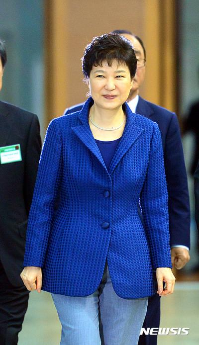 박근혜 부산 방문. 박근혜 대통령이 오늘(27일) 부산 해운대구 벡스코에서 열린 '제4회 지방자치의 날' 기념식에 참석하고 있다. /사진=뉴시스