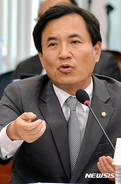 김진태 새누리당 의원이 지난 24일 국회 법제사법위원회 회의에서 질의를 하고 있다. /자료사진=뉴시스
