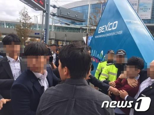 부산 시위. 오늘(27일) 부산 해운대구 벡스코 앞에서 대학생 6명이 박근혜 대통령 하야를 요구하는 기습 시위를 벌이다 경찰에 연행되고 있다. /사진=뉴스1