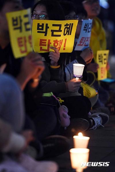 촛불 집회. 수원시민연대 회원들이 어제(26일) 경기 수원시 팔달구 수원역광장에서 '촛불문화제'를 열고 박근혜 대통령 퇴진을 촉구하고 있다. /자료사진=뉴시스