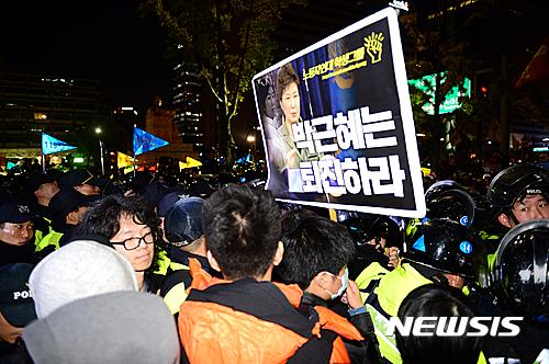 경찰 시위. 30일 집회. 29일 서울 도심에서 박근혜 대통령 퇴진을 요구하는 대규모 집회가 열려 시민들과 경찰이 대치하고 있다. /사진=뉴시스