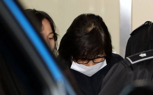 최순실씨가 지난 2일 서울중앙지검에서 조사를 마치고 서울구치소로 이송되고 있는 모습. /사진=뉴스1
