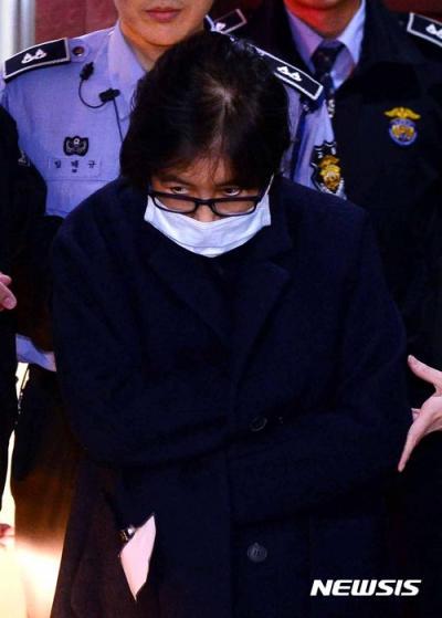 최순실 31시간 은행. 최순실씨가 어제(2일) 서울중앙지방검찰청에서 조사를 받고 서울구치소로 가고 있다. /사진=뉴시스