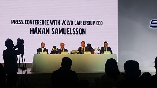 3일 서울 강서구 메이필드에서 열린 하칸 사무엘손 볼보자동차 CEO 방한 기자간담회에서 하칸 사무엘손 CEO(왼쪽 3번째)와 이윤모 볼보코리아 사장(왼쪽 4번째)가 기자들의 질문에 답하고 있다.