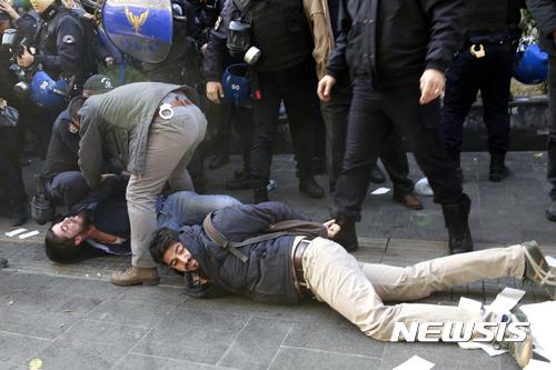 지난 4일(현지시간) 터키 수도 앙카라에서 경찰들이 친 쿠르드 의원들의 체포에 항의하는 지지자들에게 수갑을 채우고 있다. /자료사진=뉴시스