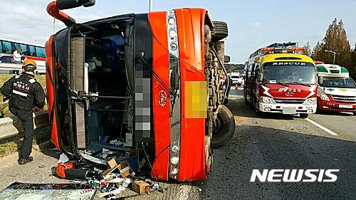 관광버스 사고. 6일 오전 경부고속도로 관광버스 사고로 수원시 산악회 회원 4명이 숨지고 25명이 다쳤다. /사진=뉴시스