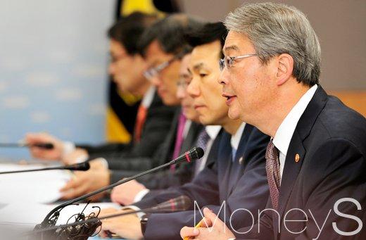 [머니S포토] 금융권 수장들에게 당부하는 임종룡