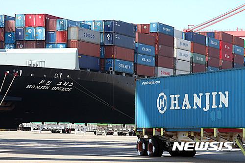 한진해운 선박이 미국 롱비치 항에 화물을 하역하는 모습. /자료사진=뉴시스 DB