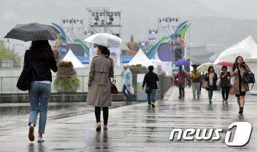 전국 날씨. 지난달 서울 종로구 광화문광장에서 시민들이 발걸음을 재촉하고 있다. /사진-뉴스1