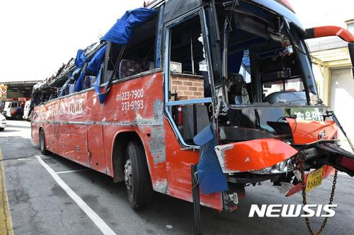 대전 관광버스 사고. 어제(6일) 오전9시30분쯤 경부고속도로 부산방향 회덕분기점 부근에서 관광버스가 전도되는 교통사고가 나 25명의 사상자가 발생했다. 사진은 사고 차량. /사진=뉴시스