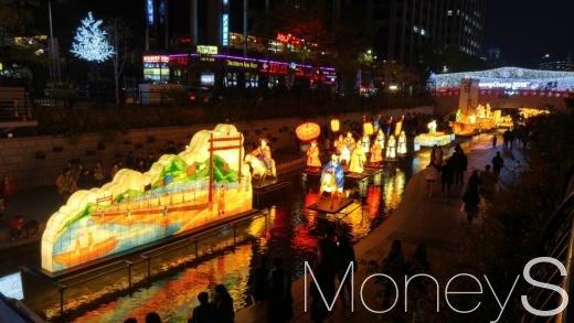 청계천에서 2016 서울빛초롱축제가 열리는 중이다. /사진=박찬규 기자