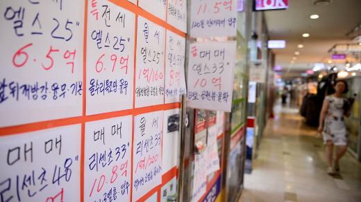 지속적으로 폭등한 전셋값 탓에 서민 전세대출이 1년 사이 8조1000억원이나 증가한 것으로 나타났다. 사진은 서울 송파구의 한 공인중개업소. /사진=뉴시스 DB