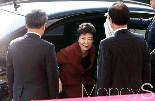 [머니S포토] 최순실 게이트 관련 다시 국회 방문한 박근혜 대통령