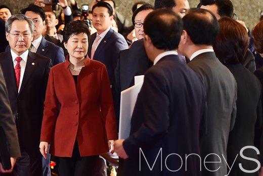 [머니S포토] 하야라는 글귀에 두눈 질끈 감은 박근혜 대통령