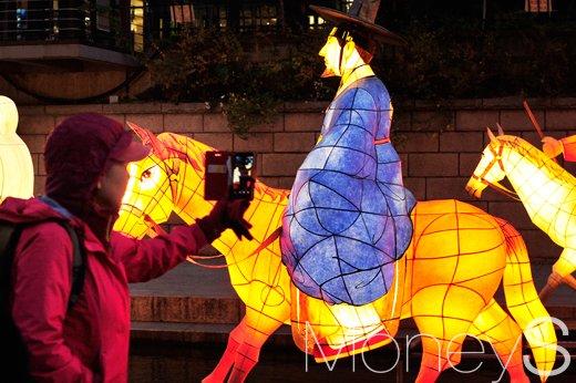 [머니S포토] 서울빛초롱축제, 보고 또 봐도 신기한 등불에 '찰칵 찰칵'