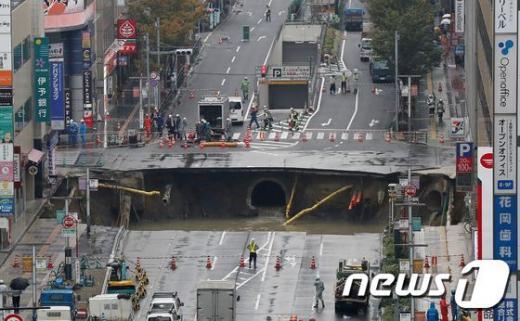 후쿠오카. 어제(8일) 후쿠오카시 교통국이 하카타구 JR하카타역 근처 싱크홀 복구 작업을 벌이고 있다. /사진=뉴스1(AFP 제공)