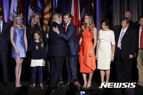 도널드 트럼프 공화당 후보가 9일(현지시간) 뉴욕 공화당 선거 캠프에서 당선 소감을 밝히고 아들 에릭 트럼프와 포옹하고 있다. /사진=뉴시스(AP 제공)