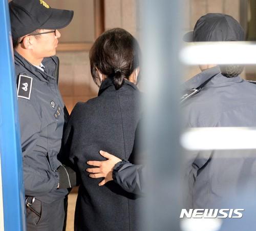 정맥주사. 지난 9일 구속수사를 받고 있는 최순실씨(가운데)가 서울 서초구 서울중앙지방검찰청에서 조사를 받기 위해 호송차에서 내리고 있다. /자료사진=뉴시스
