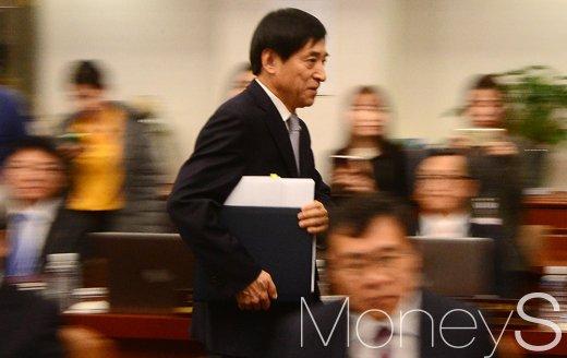 [머니S포토] 금통위 회의 참석한 이주열 한은 총재