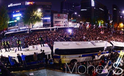 [머니S포토] 심야로 이어진 광화문 촛불집회, '내자동 가득 메운 인파, 경찰과 팽팽한 기싸움'