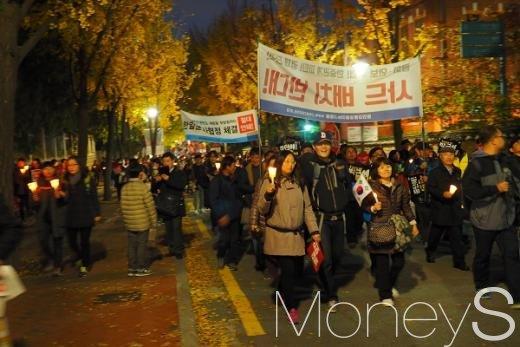 12일 저녁 박근혜 대통령 퇴진을 촉구하는 시민들이 서울 시청역에서 정동길을 지나 광화문역네거리 방향으로 행진하고 있다. /사진=서대웅 기자