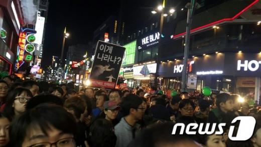 12일 부산 서면 쥬디스 태화 앞에 몰린 부산 시민 7000여명이 비선실세의 국정농단을 규탄하며 박근혜 정권의 퇴진을 요구하고 있다. /사진=뉴스1