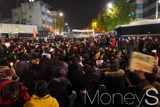 12일 밤 서울 광화문역네거리에서 경찰과 박근혜 대통령 퇴진을 촉구하는 시민들이 대치하고 있다. /사진=서대웅 기자