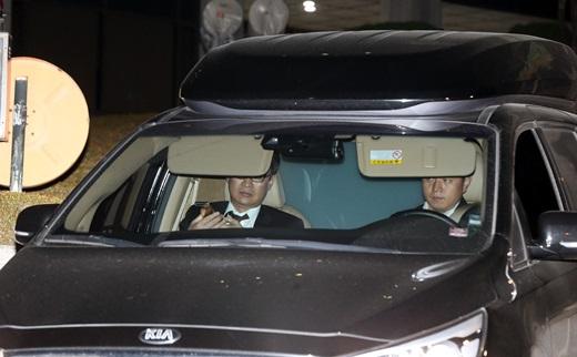이재용 삼성전자 부회장이 14일 새벽 검찰 조사를 마치고 서울중앙지검 지하주차장을 나서고 있다. /사진=뉴스1