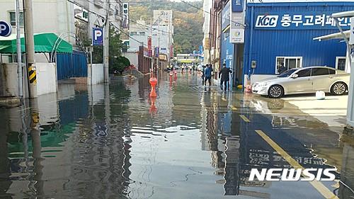통영 대조기. 오늘(15일) 경남 통영시 정량동 기업은행 통영지점 앞 도로가 바닷물에 잠겨 있다. /사진=뉴시스