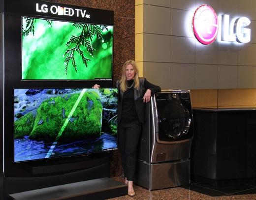 LG전자 직원이 미국 뉴저지에 위치한 LG전자 미국법인 사옥에서 올레드 TV와 트윈워시를 소개하고 있다. /사진=LG전자