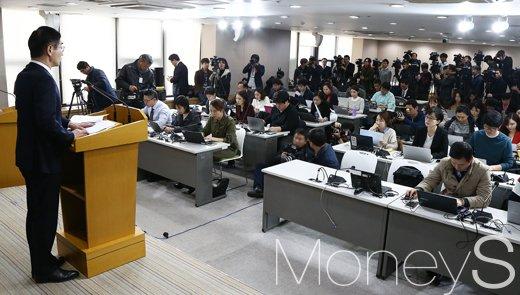 [머니S포토] 정유라 특혜 관련 이대 감사 결과에 시선집중하는 취재진